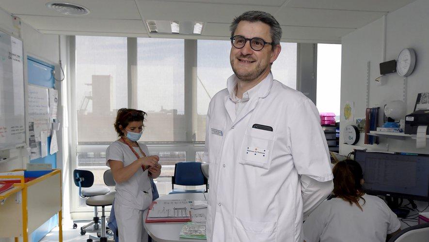 Le Pr Fabrice Muscari pratique une chirurgie hybride à l'aide d'une caméra 3D.